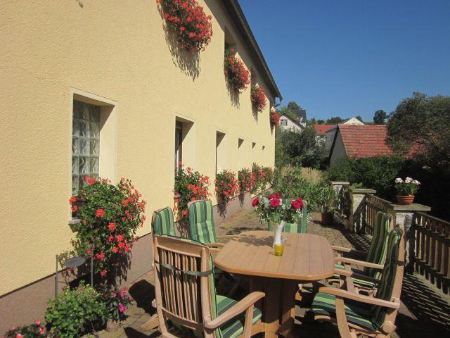 Terrasse mit Sitzgelegenheit vor dem Haus
