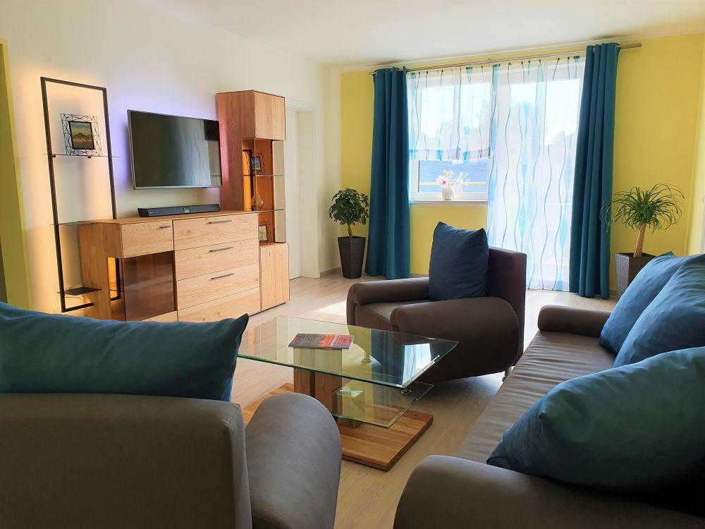 Ferienwohnung - Wohnzimmer mit Smart TV und Soundbar