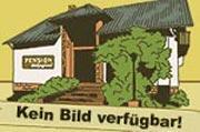Obstbaumwiese mit Gartenmöbel und Liegestühlen im Grünen