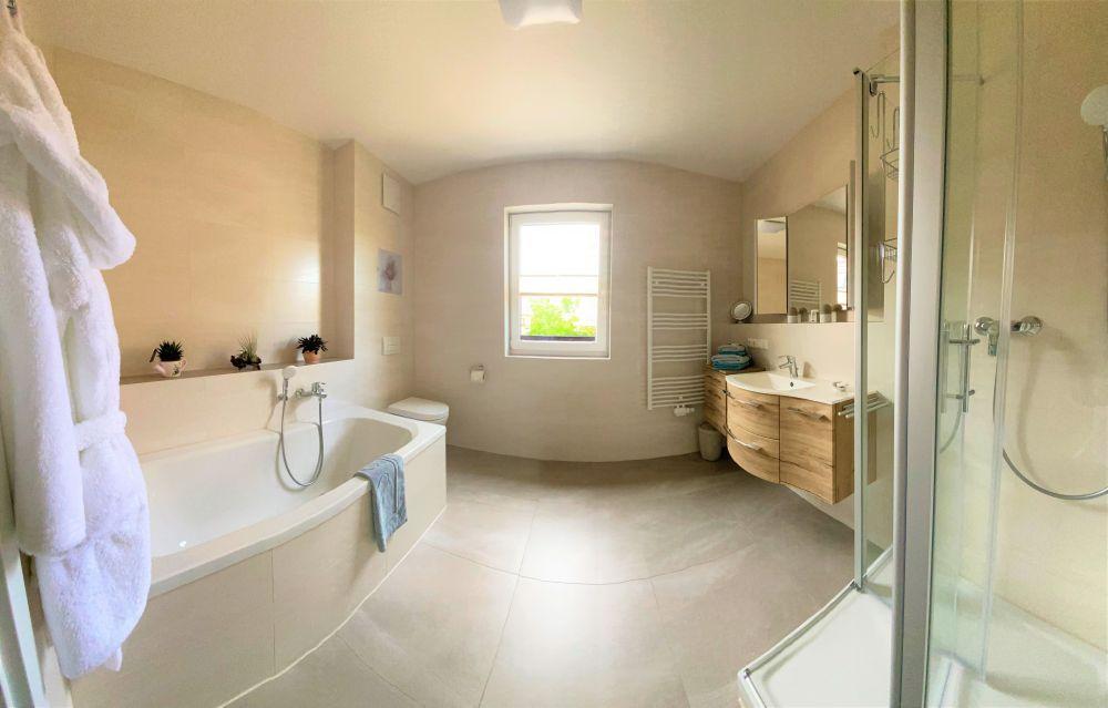 Ferienwohnung - Badezimmer mit Dusche und Doppelbadewanne für 2 Personen